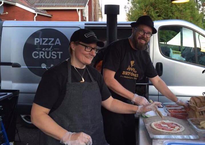 Anna och Henrik i full flärd med att baka pizzor
